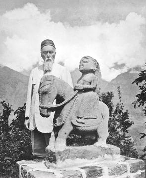 Kullu Valley. N.K. Roerich with the statue of Guga Chohan